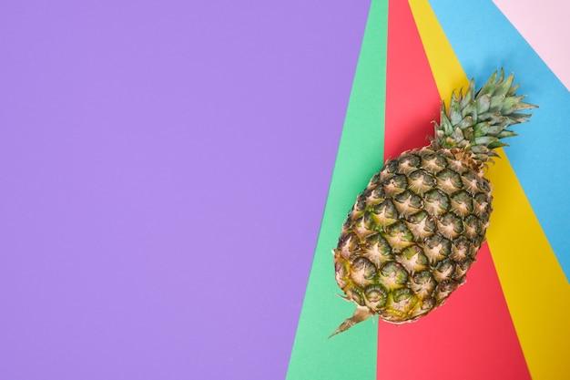 Ananas su uno sfondo colorato con copia spazio, vista dall'alto