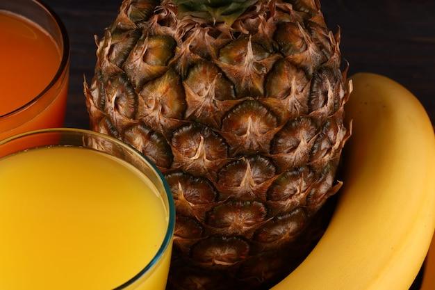 Ananas e frutta esotica con succo