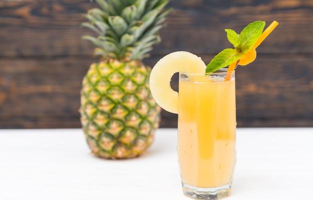 Frutta ananas e bicchiere di succo fresco