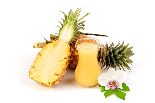 Frutta e succo di ananas isolati su bianco.