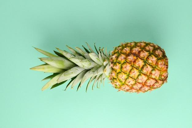 Ananas su sfondo verde