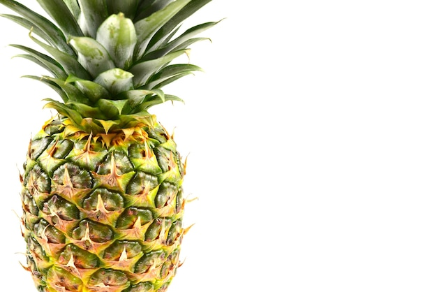 Ananas isolato su bianco.