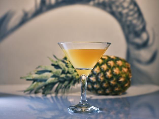 Succo d'ananas (cocktail) e ananas sul tavolo
