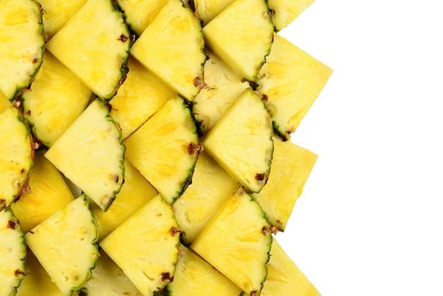 Fondo giallo succoso delle fette dell'ananas. vista dall'alto.