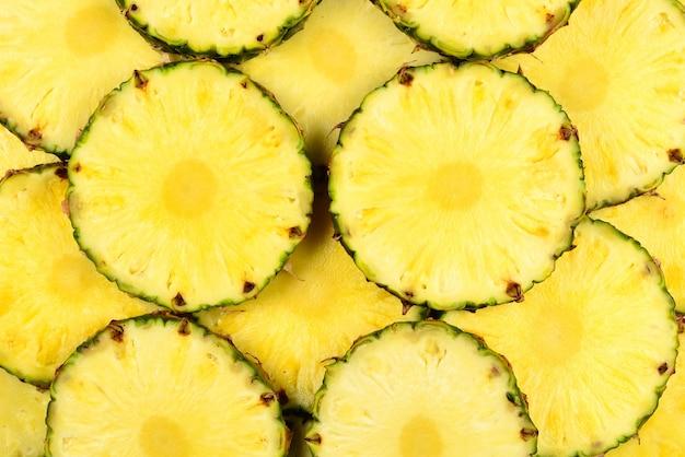 Sfondo di fette di ananas giallo succoso. vista dall'alto.