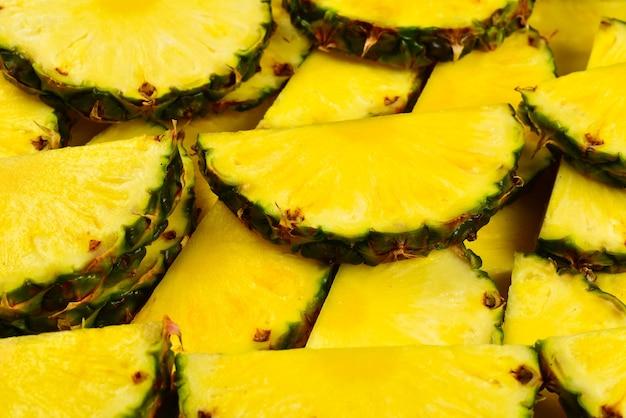 Sfondo di fette di ananas giallo succoso