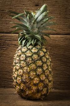 Ananas su legno vecchio