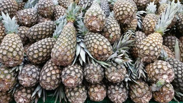 Ananas in vendita sul supermercato.