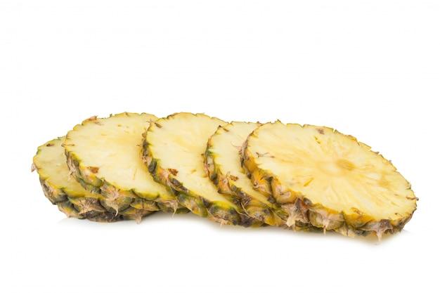 Taglio di fetta di ananas isolato su sfondo bianco