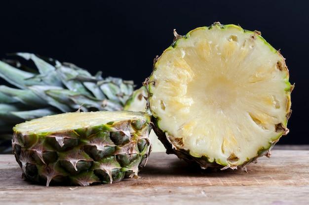 Ananas sul tavolo