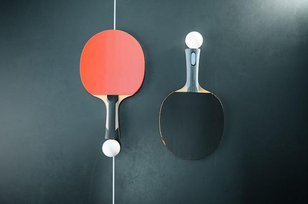 Palline da ping pong e racchette in rete, vista dall'alto