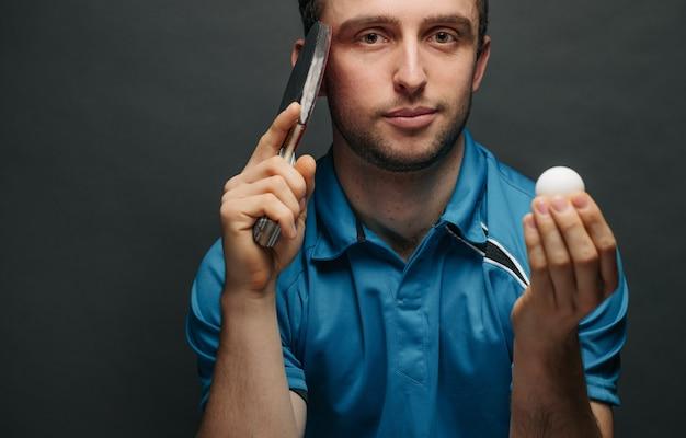 Giocatore di ping pong che tiene una palla
