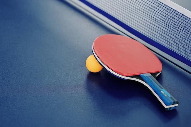 Racchetta e pallina da ping pong