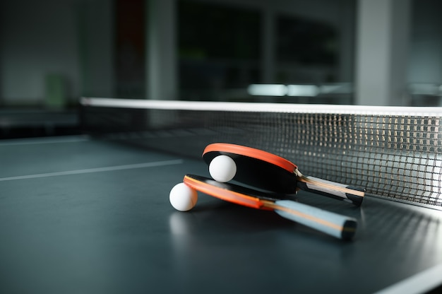 Racchette da ping pong e palla al primo piano netto