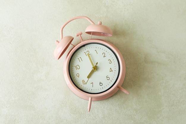 Sveglia rosa su bianco
