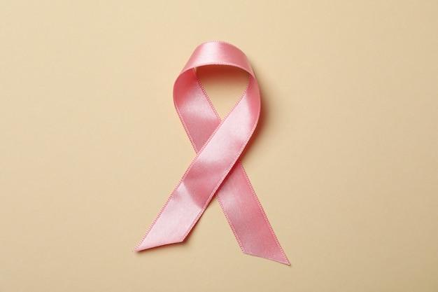 Nastro di consapevolezza rosa su beige