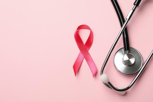 Nastro rosa consapevolezza e stetoscopio