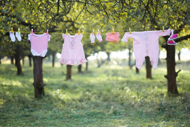 Pink baby wear all'aperto in giardino