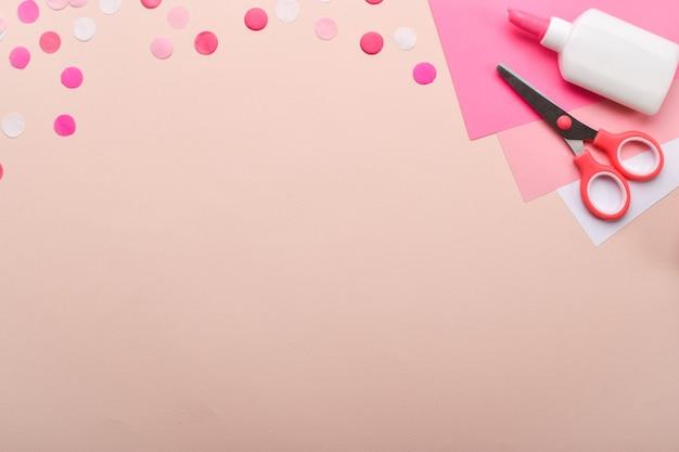 Sfondo rosa per i mestieri di carta a colori. copia spazio