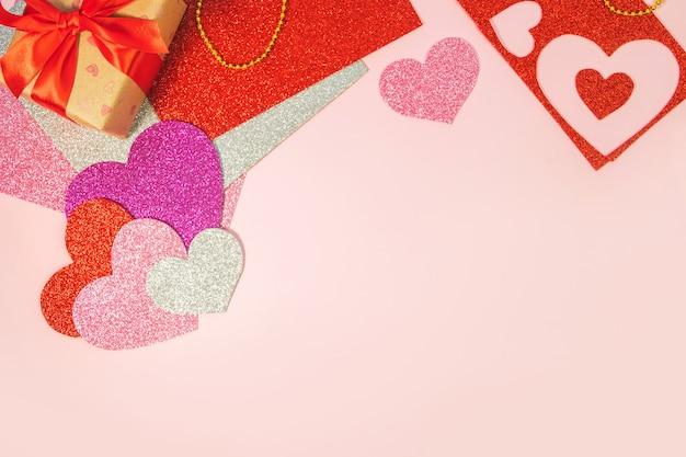 Sfondo rosa con cuori rossi. vista dall'alto. san valentino.