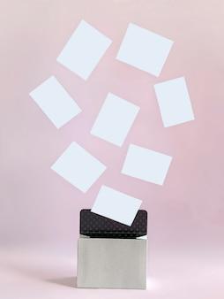 Sfondo rosa con scatolina bianca da cui sono volate linee bianche che possono essere utilizzate come modelli, scrivere desideri, elencare prodotti e molto altro. modello per i tuoi progetti.
