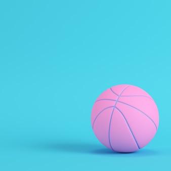 Pallone da basket rosa su sfondo blu brillante