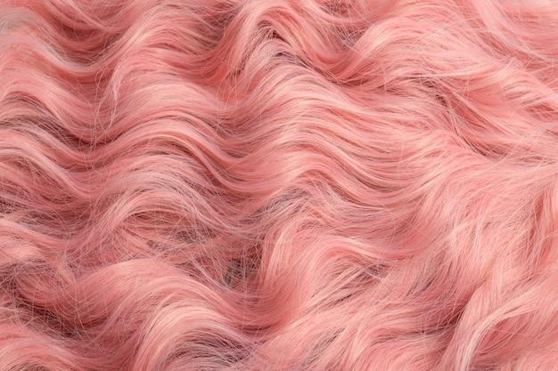 Bel modello di capelli ondulati rosa. vista dall'alto.