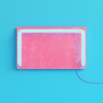 Piastra vuota rosa con luce al neon su sfondo blu brillante