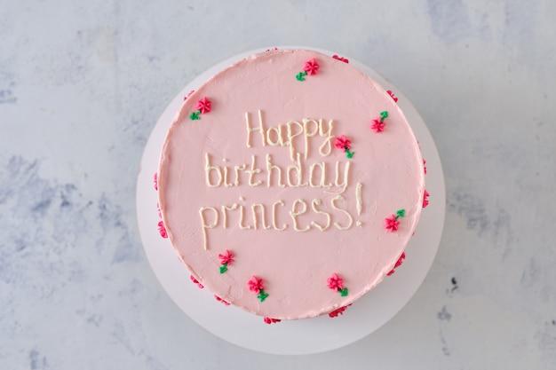 Torta rosa per una piccola o grande principessa. torta trendy in stile coreano decorata con fiorellini color crema.