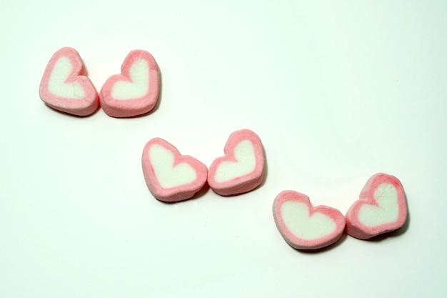 Cuori di caramelle rosa per san valentino su sfondo bianco