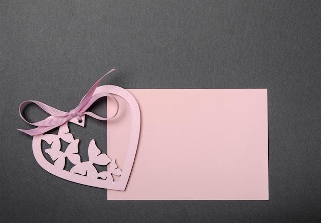 Carta rosa e cuore rosa su un top nero