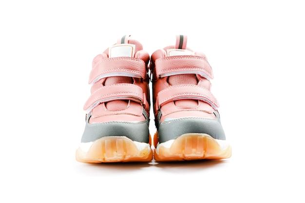Stivale invernale per bambini rosa su sfondo bianco. moda autunno o inverno. scarpe per neonato