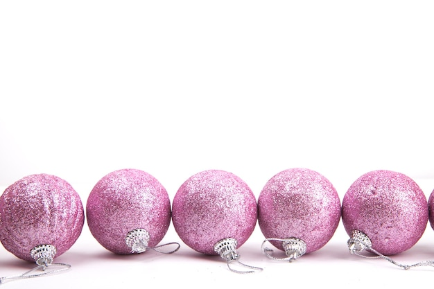 Giocattoli di natale rosa su sfondo bianco