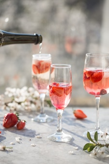 Cocktail rosa con champagne o prosecco e lamponi freschi