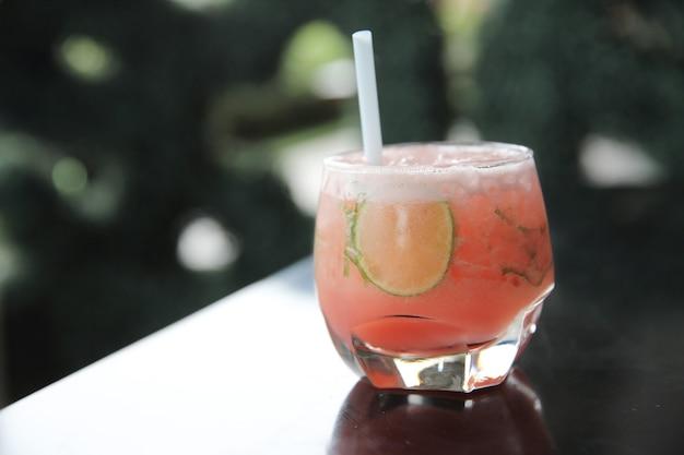 Cocktail rosa con lime e menta