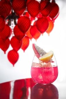 Cocktail di colore rosa sul tavolo