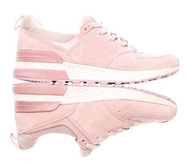 Scarpe da ginnastica colorate rosa di sport isolate