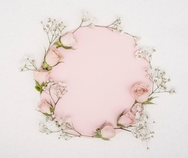 Copia spazio rosa e cornice di boccioli di rose