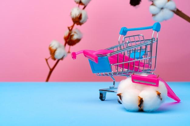 Rasoi usa e getta rosa e fiore di cotone su carta blu