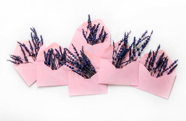 Buste rosa con fiori