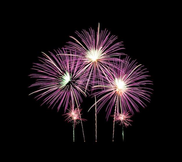 Fuochi d'artificio rosa si accendono ed esplosioni sul cielo nero