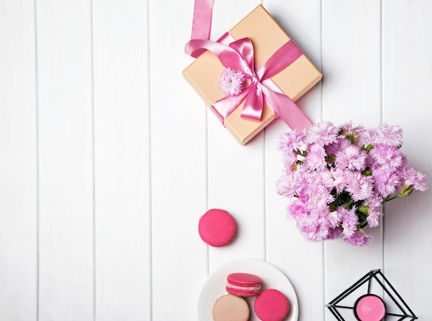 Fiori rosa e confezione regalo con nastro rosa, vista dall'alto