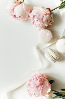 Fiori rosa su sfondo bianco cartolina mockup