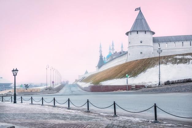 Mattina d'inverno nebbiosa rosa al cremlino di kazanzan