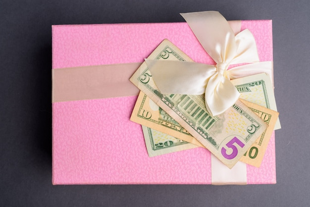 Confezione regalo rosa su grigio