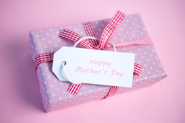 Scatola regalo rosa avvolto con tag felice giorno di madri