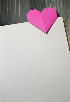 Cuore rosa di origami. sfondo per il design il giorno di san valentino