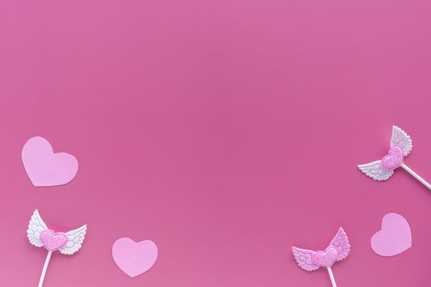 Cuori rosa su sfondo viola. san valentino