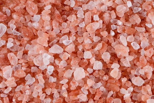 Sale himalayano rosa isolato su bianco.