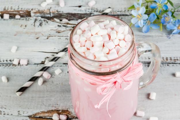 Cioccolata calda rosa con marshmallow